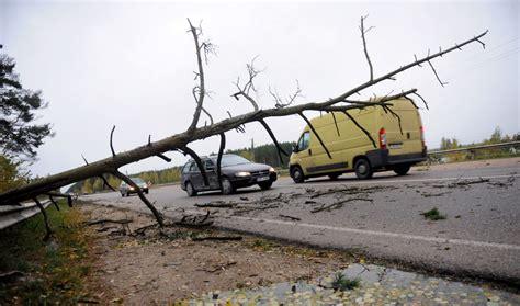 Norauts jumts, nogāzti koki un apskādēti auto: glābēji ...