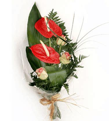 regalare fiori a un uomo il galateo dei fiori per un uomo regalare dei fiori ad