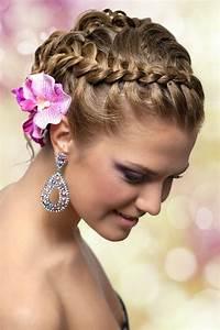 Geflochtener Haarkranz mit Blumen im Haar Geflochtene
