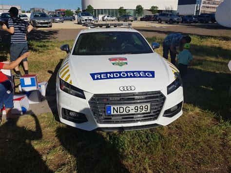 Sportwagenfahrer Ueber Die Polizei by Tickende Bombe Ungarische Polizei Teilt Witziges