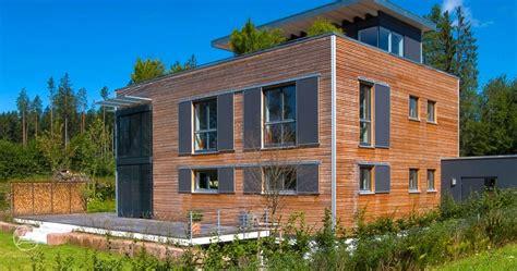 Moderne Häuser Und Gärten by Bauhaus Modern Living Mit Holzfassade Und Flachdach