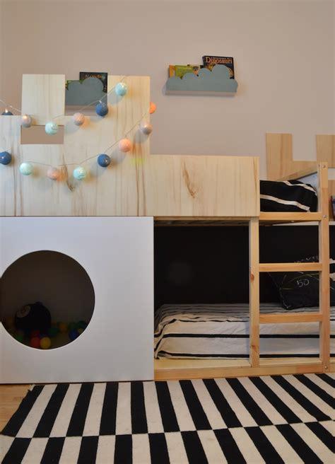bureau pour lit mezzanine un lit enfant kura transformé en château fort