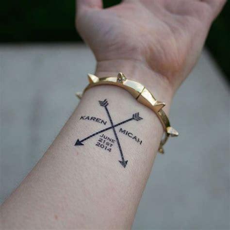 tatouage prenom femme trends exemple tatouage prenom femme poignet avec 2 fleches croisees tattooviral