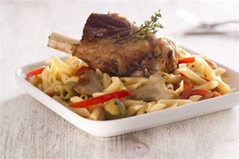 offrir un cours de cuisine recette de souris d 39 agneau confite aux olives pâtes aux artichauts et poivrons facile