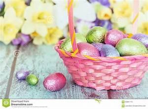 Panier Oeufs De Paques : oeufs de chocolat dans un panier rose de p ques image stock image du panier pastel 65801775 ~ Melissatoandfro.com Idées de Décoration