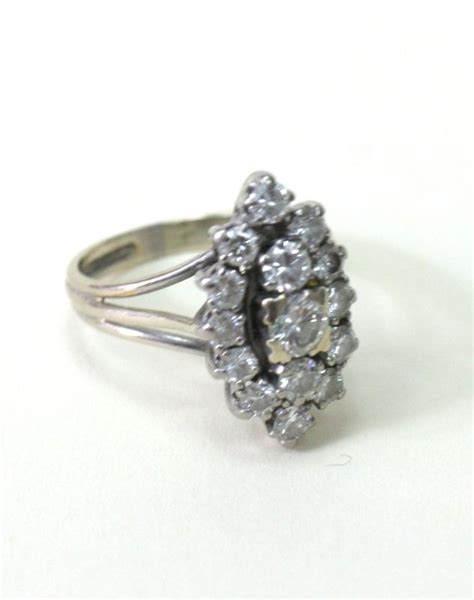 bague modele marquise en or blanc sertie de 15 diamants de