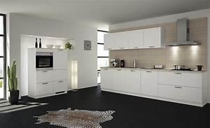 Weisse Küche Mit Holzarbeitsplatte : schlichte wei e k chenzeile im zeitlosen stil ~ Eleganceandgraceweddings.com Haus und Dekorationen