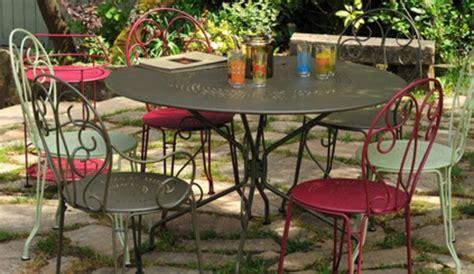 mobilier de jardin en metal le m 233 tal investit le jardin