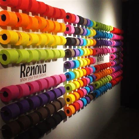mur de rouleaux de papier toilette de couleurs renova