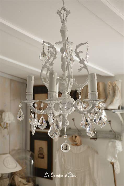 chambre à coucher romantique lustre cinq branches le blanc pour un effet shabby chic