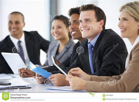 collegue de bureau groupe de gens d 39 affaires écoutant le collègue adressant