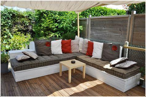 canapé d angle bois et chiffon salon de jardin canapé d 39 angle extérieur en bois idées