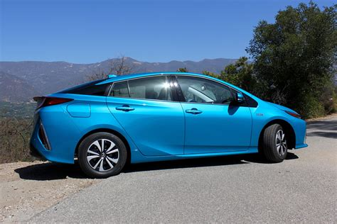 toyota hybrid toyota simultaneously focusing on hybrids and battery