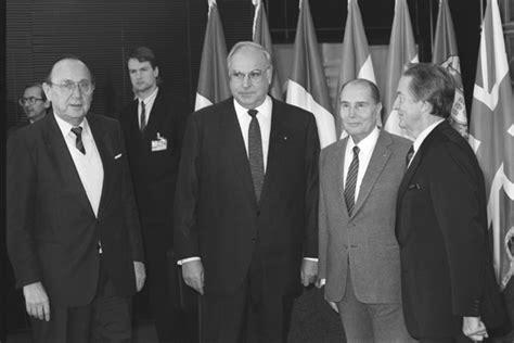 Photo Gallery Is Helmut Kohl Being Held Like Ghdi Image