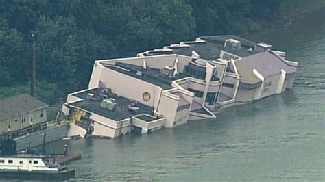 pontoon boat sinks in ohio river kentucky floating restaurant sinks into river abc news