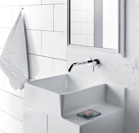 Badewannen, Waschbecken, Waschtische Und Waschplätze