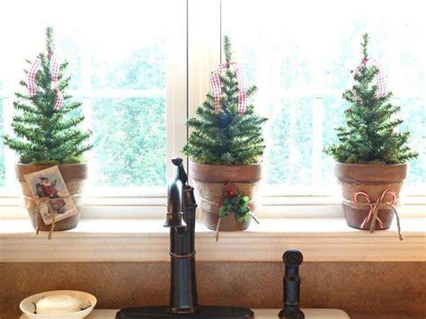 Mini Tannenbäume In Tontöpfen Auf Der Fensterbank