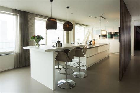 Keuken Met Kookeiland En Tafel by Moderne Tieleman Keuken Met Ge 239 Ntegreerde Bar Tafel