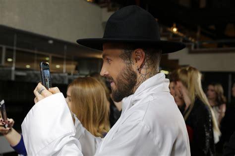 Bejonses asistents pozē Kašera radītā cepurē - Tauta Runā