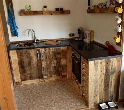 este mueble de cocina rustico hecho  tarimas recicladas