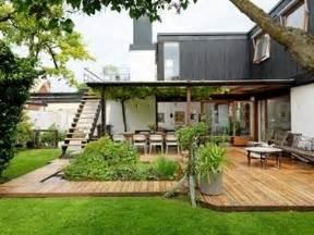 amenager une terrasse en bois terrasse bois am 233 nag 233 e avec un parterre de verdure