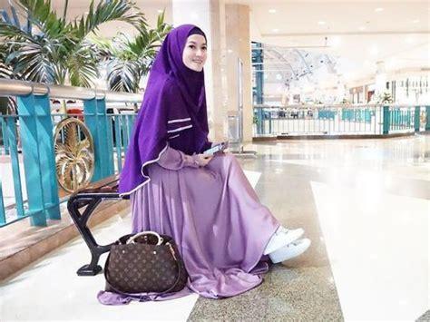 foto inspirasi padu padan hijab syari sneakers ala