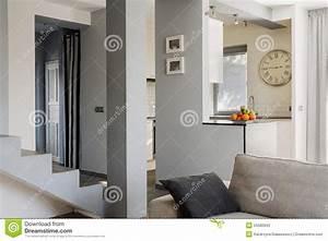 Treppe Im Wohnzimmer : treppe im wohnzimmer stockfoto bild 55580945 ~ Lizthompson.info Haus und Dekorationen