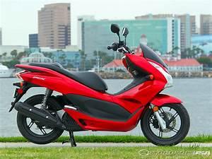 Honda 125 Pcx : 2011 honda pcx 125 first ride photos motorcycle usa ~ Medecine-chirurgie-esthetiques.com Avis de Voitures