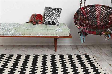 un tapis noir et blanc au motif zigzag
