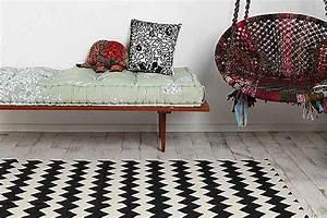 Tapis Noir Et Blanc Scandinave : un tapis noir et blanc au motif zigzag ~ Teatrodelosmanantiales.com Idées de Décoration