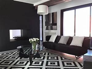 Tapis Graphique Noir Et Blanc : interesting luespace salon est cosy et plutt avec un tapis graphique noir et blanc et deux ~ Teatrodelosmanantiales.com Idées de Décoration