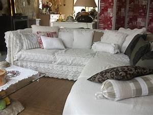 le salon photo 1 7 canape d39angle recouvert d39un jete With tapis bébé avec plaid en tissu pour canapé