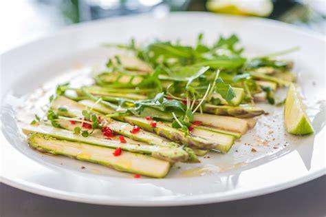 Viegli marinētu sparģeļu salāti | laukudzive.lv