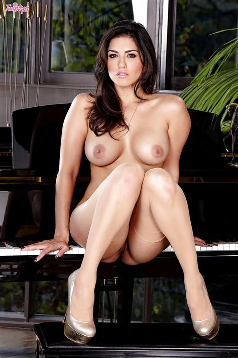 Hot Pornstar With Big Tits And Petite Butt Sunny Leone