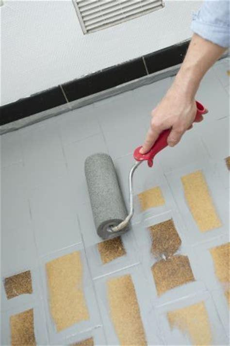 comment peindre du carrelage de cuisine repeindre le carrelage au sol d 39 une cuisine tuto en