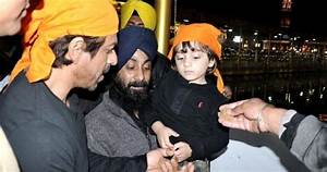 Shah Rukh Khan, son visit Golden Temple - Samaa TV