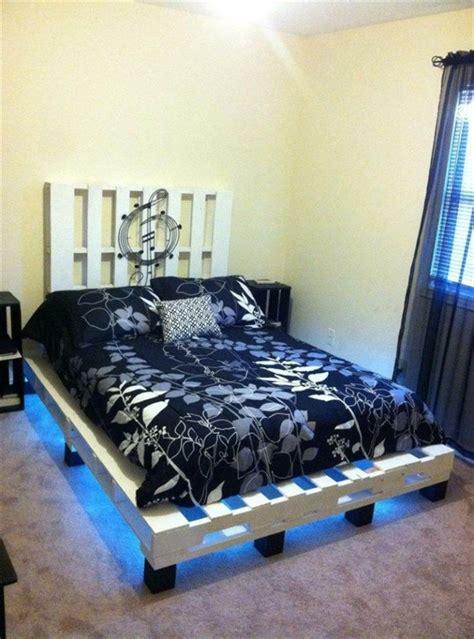 lit en palette tuto tuto lit en palette coussin pour palette lit en palette canap 233 palette et meubles en bois
