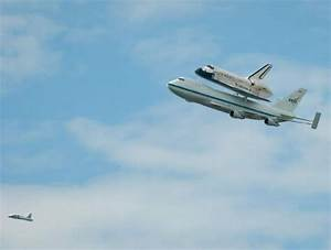 wordlessTech | Space Shuttle Discovery DC fly-over
