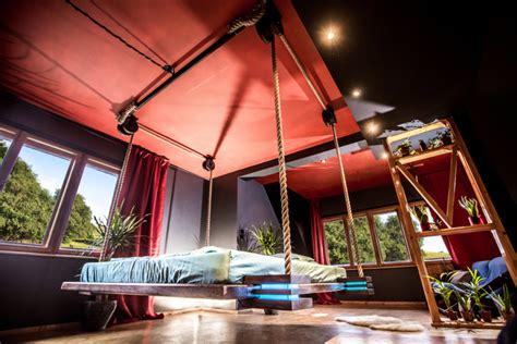 amaca letto un letto telecomandato e appeso al soffitto come un amaca