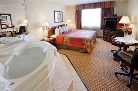 hotel avec baignoire dans la chambre chambre d 39 hôtel avec jaccuzi intérieurs inspirants et