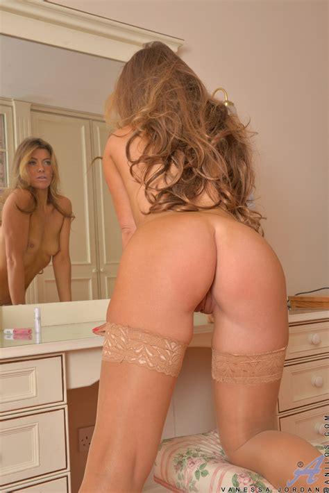Milf Vanessa Jordan Gets Naked And Opens Her Legs Of