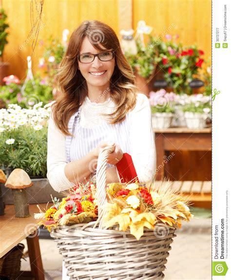 fiorista maturo sorridente at flower shop della donna