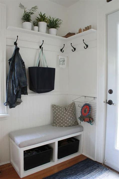 decoration hall  entree avec petit banc en blanc qui