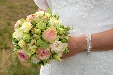 hochzeitblumenbrautstraussfarbigkleidweiss bluetenart