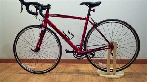 Support vélo DIY avec le tabouret FROSTA