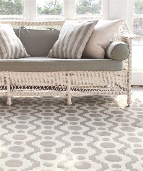 coussins originaux canap tapis moderne invitez les couleurs et le style