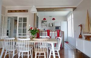 une salle a manger classique et scandinave avec ses With deco cuisine avec chaises classiques salle manger