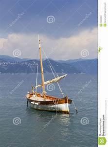 Destockage Petit Bateau En Ligne : petit bateau en bois de voile photo stock image du ~ Dailycaller-alerts.com Idées de Décoration