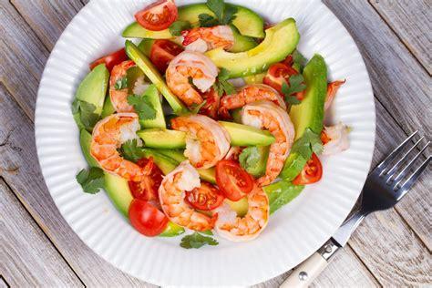 cuisiner l avocat la meilleure recette de salade d 39 avocat crevettes et tomates