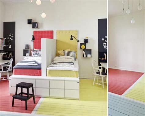 une chambre pour deux enfants séparer avec les couleurs momes